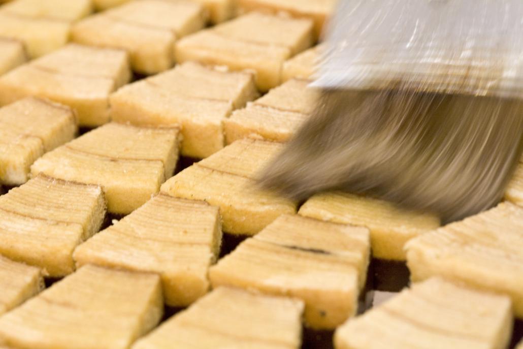 Die Baumkuchenspitzen werden getränkt